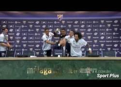 Enlace a El baño de champán a Zidane en plena rueda de prensa tras ganar LaLiga