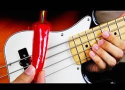 Enlace a Es posible tocar un bajo con un chile, y suena genial