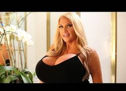 Enlace a Esta mujer ha pasado de 'mormona' a lucir estos enormes pechos