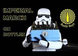 Enlace a Interpretando la Marcha Imperial con botellas de cerveza y el resultado es GENIAL