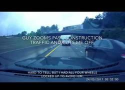 Enlace a Este coche la lía en la carretera y recibe su merecido en pocos segundos
