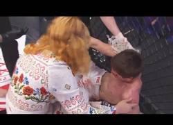 Enlace a Luchador de MMA pierde la pelea y su madre lo humilla ante todos
