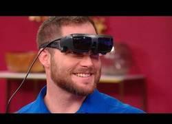 Enlace a Le dan unas gafas a este hombre ciego y lo primero que mira a su novia son sus pechos