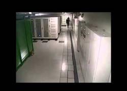 Enlace a Sala de servidores con suelo con aislamiento sísmico en Japón durante un terremoto