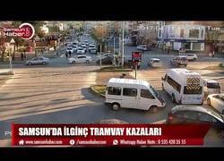 Enlace a En esta intersección de Samsun (Turquía) nadie se libra de un accidente con el tranvía