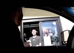 Enlace a La gran venganza de esta empleada del McDonald's a un cliente por pitar con el coche
