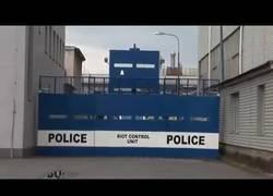 Enlace a El vehículo armado de la policía perfecto para manifestaciones