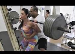 Enlace a ¿Mujeres usando pesas falsas en el gimnasio? [Inglés]
