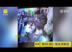 Enlace a Turista chino arranca de varias patadas una estalagmita de decenas de millones de años