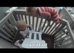 Enlace a El hermanito que ayuda su hermano más pequeño a escapar de la cuna