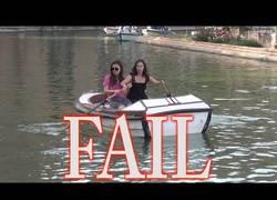 Enlace a Dos mujeres la lían en esta barca en Sevilla no sabiendo remar