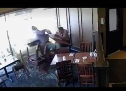 Enlace a Parecía una comida tranquila en un restaurante hasta que algo les interrumpió de golpe