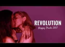 Enlace a Kissing Revolution: La campaña que te invita a mostrar el amor con orgullo
