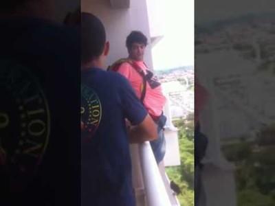 Compra un paracaídas por Internet y salta desde su balcón