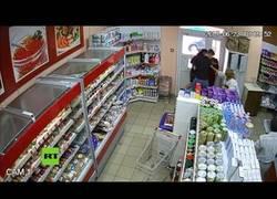 Enlace a Robo frustrado: Clientes paran a ladrón en una tienda de Rusia