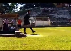 Enlace a Un árbitro loco saca una pistola en pleno partido de fútbol