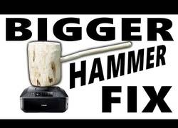 Enlace a Cómo arreglar una impresora con una maza gigante