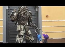 Enlace a Este niño le alegra el día a Megatron llevándole la cabeza de Optimus Prime