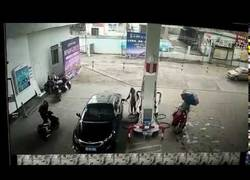 Enlace a Le roba a una mujer en plena gasolinera y el karma actúa instantaneamente