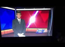 Enlace a Este presentador de noticias perdió la paciencia y los papeles en directo