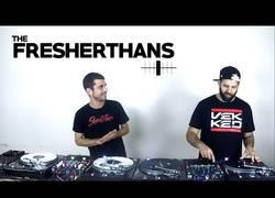 Enlace a La mejor pareja del mundo de DJ dando una clase magistral de pinchar música