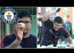 Enlace a Este tío tiene el récord mundial por aplastar cervezas con un huevo en la mano