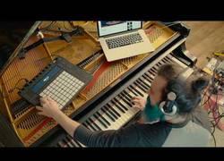 Enlace a Convierte su piano en una guitarra eléctrica para hacer un solo con Slash