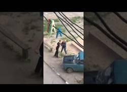 Enlace a Una rusa muy loca se lía a martillazos contra un coche en el que hay dos hombres
