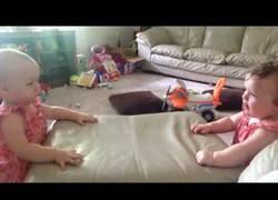 Enlace a Estos gemelos se divierten golpeándose en la cabeza