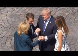 Enlace a Trump y Macron protagonizan el apretón de manos más largo de la historia