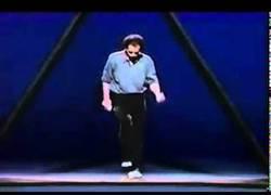 Enlace a El alucinante show de Michael Moschen con pelotas y un triángulo