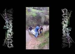 Enlace a Intenta ayudar a una chica a cruzar un arroyo y termina de la peor forma