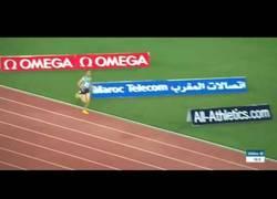 Enlace a Hacen una salida en falso y este atleta no se entera que sigue corriendo sin parar