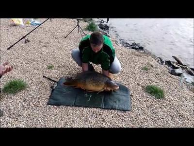 Posa con la enorme pesca que hizo y lo peor estaba por llegar...
