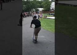 Enlace a Este tipo es un auténtico crack haciendo flips con el patinete