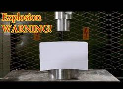Enlace a Esto sucede cuando intentas aplastar 1500 hojas de papel con una prensa hidráulica