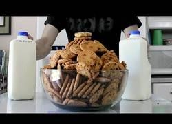 Enlace a El gran reto de este chico es comerse 203 galletas Chips Ahoy que son 10.000 calorías