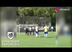 Enlace a Roberto Carlos destroza a uno que hace de barrera intentando recrear su mítico gol contra Francia