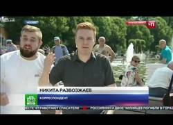 Enlace a Se lleva una hostia en medio de una conexión en directo con un telediario ruso y la presentadora lo