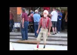 Enlace a El arte de este hombre mayor que tiene un ritmo espectacular