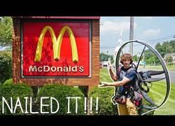 Enlace a Yendo a comprar una hamburguesa al McDonald's en un paramotor