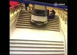 Enlace a Esta mujer confunde una entrada al parking con unas escaleras y se lleva un gran accidente
