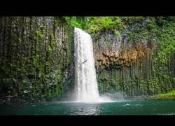 Enlace a Los increíbles saltos al agua desde 30 metros de altura en Oregon