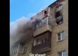 Enlace a El padre que salvó a sus hijos lanzándolos de un quinto piso