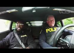 Enlace a El policía más enrollado de Canadá al ver un gran deportivo