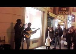 Enlace a De inmigrante discriminado a cantante callejero que asombra a todos con su gran voz