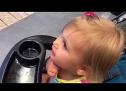 Enlace a Esta niña está desesperada porque su padre es una estatua de Batman y no le hace caso