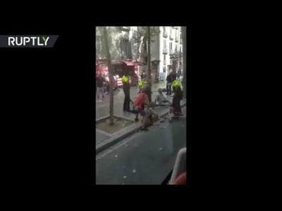 Las conmovedoras imágenes de un policía consolando a un bebé en medio de la tragedia de Barcelona
