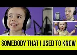 Enlace a Padre interpreta 'Somebody That I Used to Know' con la inestimable ayuda de sus hijos pequeños