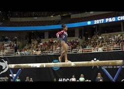 Enlace a La pirueta de 10 que hace esta gimnasta para no perder el equilibrio y caer de la barra